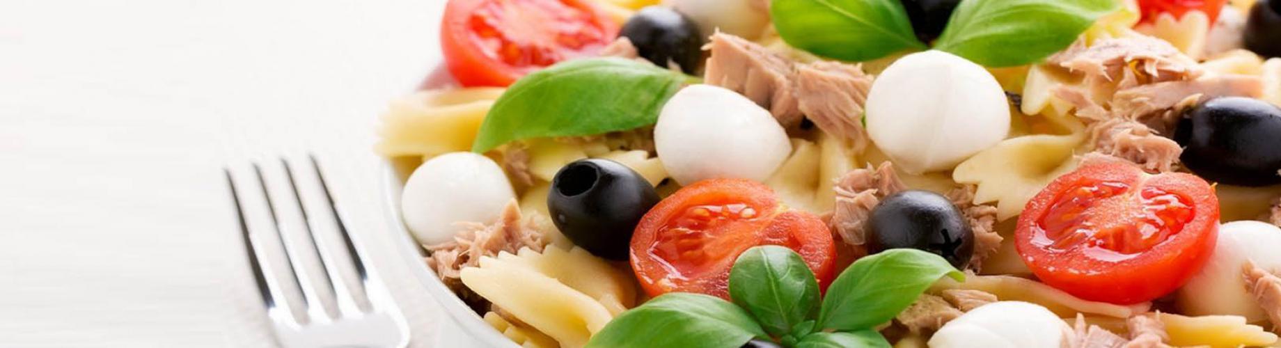 Средиземноморский салат с макаронами, тунцом и помидорами